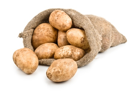 papas: Cosecha de papas crudas en saco de arpillera aisladas sobre fondo blanco