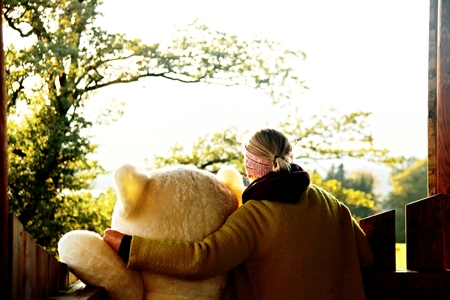 blonde young woman hugs huge teddy bear Imagens - 115863265