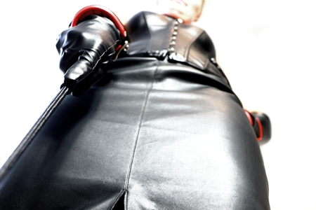 mistress with black leather outfit and whip Standard-Bild