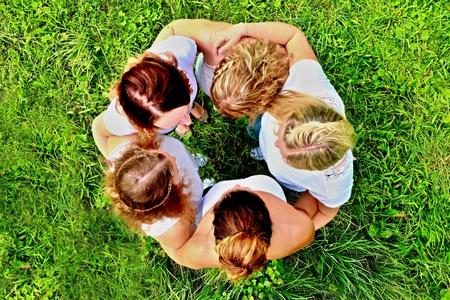 chicas jóvenes divirtiéndose en la fiesta en el jardín, círculo