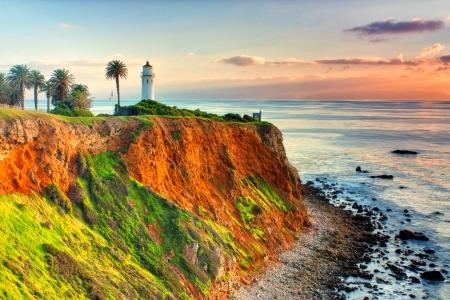 Punt Vicente Lighthouse als de zon ondergaat over Catalina Island. Stockfoto