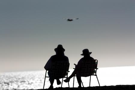 ポイントして下さい Dume 状態ビーチ、マリブ、カリフォルニア州でリラックスした年配のカップル