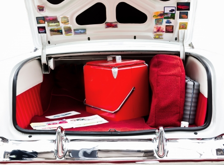 An Open Classic Car Trunk with Red Cooler Inside Zdjęcie Seryjne