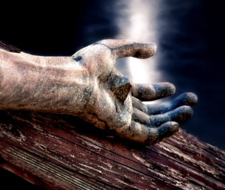 jesus on cross: Jesús en la Cruz con el cielo celestial por encima de