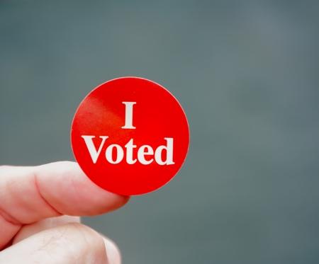 유권자는 자랑스럽게 그는 미국에서 선거 당일에 투표 증거를 표시합니다