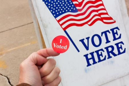 głosowało: Wyborca z dumÄ… pokazuje dowód, że gÅ'osowaÅ' w dniu wyborów w Stanach Zjednoczonych Zdjęcie Seryjne
