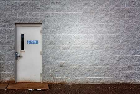 화이트 블록 벽과 직원 입구 산업 배경 또는 배경.