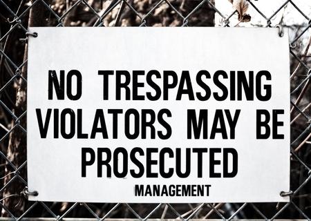 prohibido el paso: No Trespassing Sign en la cerca galvanizada eslab�n de la cadena