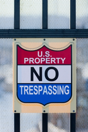 prohibido el paso: EE.UU. de propiedad No Trespassing Sign, en la cerca de protecci�n Foto de archivo