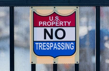 prohibido el paso: EE.UU. de propiedad No Trespassing Sign, en la cerca de protecci�n en Horizontal
