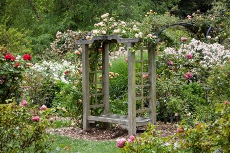 Descanso 정원에서 비 후 영어 정원