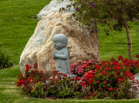 humanistic: HACIENDA HEIGHTS, CAUSA - April 23: Carefully manicured gardens and statues grace Hsi Lai Temple, the largest traditional Chinese Buddhist monastery in the United States. April 23, 2011.