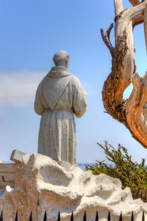 colonisation: Monterey, CA  USA - 30 luglio: Mmonument di frate spagnolo Junipero Serra si affaccia baia di Monterey al Presidio di Monterey. Il monumento si trova nella posizione in cui Serra sbarc� nel 1770 e ha fondato la Missione di San Carlo, Monterey. 30 Luglio 2013