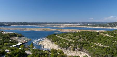 アメリカ合衆国の中央テキサスのコロラド川の貯蔵所トラヴィス湖の乾燥のパノラマ ビュー 写真素材