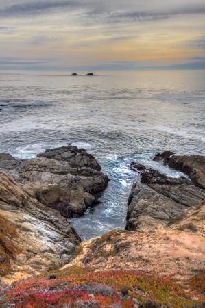 Garrapata 주립 공원 수직 이미지의 해변에서 조기 황혼