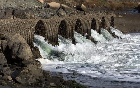 desague: Raging aguas de inundaci�n drena a trav�s de Seis Grandes tubos de alcantarilla Industrial