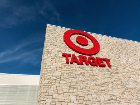 stores: MARINA, CA  USA - 30 december 2013: Buiten mening van een Target winkel. Target Corporation is een Amerikaanse detailhandel bedrijf met hoofdzetel in Minneapolis, Minnesota. Het is de op een na grootste discount retailer in de Verenigde Staten.