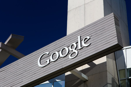 MOUNTAIN VIEW, CA  USA - 1 februari 2014: Buiten mening van Googleplex hoofdkantoor van een van Google. Google is een Amerikaanse multinational die gespecialiseerd is in internet-gerelateerde diensten en producten.