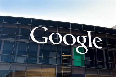마운틴 뷰, CA  미국 - 2014년 2월 1일 : 구글의 구글 플렉스 기업 본사의 외관보기. 구글은 인터넷 관련 서비스와 제품을 전문으로 미국의 다국적 기업입