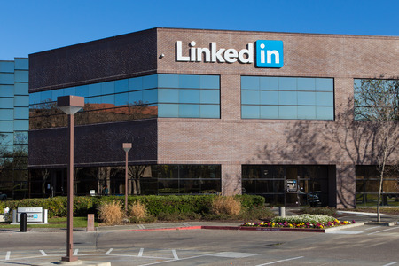 MOUNTAIN VIEW, CA/USA - FEBRUARY 1, 2014: Exterior view of LinkedIn. LinkedIn is a social networking website for professionals networking. LinkedIn reports more than 259 million acquired users in more than 200 countries and territories. 報道画像