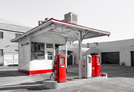 미국의 빈 도시 빈티지 가솔린 역 스톡 콘텐츠