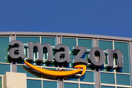 SANTA CLARA, CA  미국 - 2014년 2월 1일 : 캘리포니아 산타 클라라에 아마존 건물입니다. 아마존은 미국의 국제 전자 상거래 회사입니다. 그것은 세계 최대의 에디토리얼