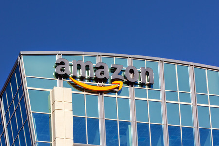 SANTA CLARA, CA / EE.UU. - 01 de febrero 2014: Edificio de Amazon en Santa Clara, California. Amazon es una empresa de comercio electrónico internacional americano. Es el mayor minorista en línea del mundo.