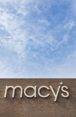macys: SALINAS, CA  USA - 8 Febbraio 2014: negozio di immagine verticale di Macy a Salinas in California. Macy � una catena di grandi magazzini di propriet� della multinazionale americana Macy, Inc.
