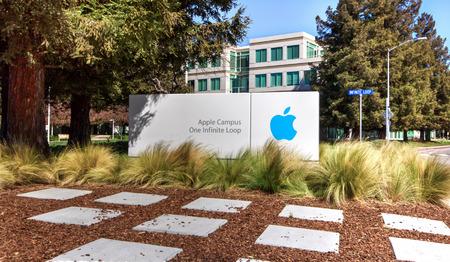 쿠퍼 티노, CA  미국 - 2014년 3월 16일 : 실리콘 밸리의 애플 본사. 애플 주식 회사는 가전 제품, 컴퓨터 소프트웨어 및 개인용 컴퓨터를 설계, 개발 및 판