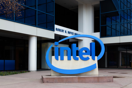 SANTA CLARA, CA  USA - 1 maart 2014: Intel Teken bij Corporate Headquarters. Intel is een multinational en de uitvinder van de x86 microprocessor, de processors in de meeste personal computers.