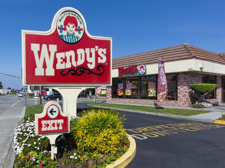 シーサイド カリフォルニア米国 - 2014 年 3 月 27 日: ウェンディーズ ファーストフード レストラン、外装、サイン。ウェンディーズは約 6,650 箇所で
