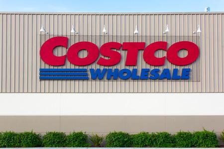 모래의 도시, CA  미국 - 2014년 4월 23일 : 코스트코 매장 외관입니다. 코스트코 코리아는 미국에있는 회원 전용 매장과 두 번째로 큰 소매 업체입니다.