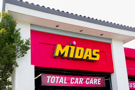 midas: SALINAS, CAUSA - MAY 7, 2014:  Midas Automotive Service facility.  Midas, Inc. is a chain of automotive service centers headquartered in Itasca, Illinois.