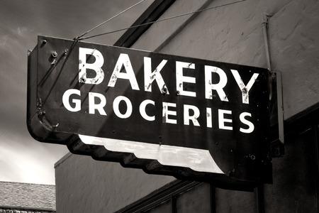 Black and White Versleten Bakkerij en Levensmiddelen Aanmelden Small Town Stockfoto
