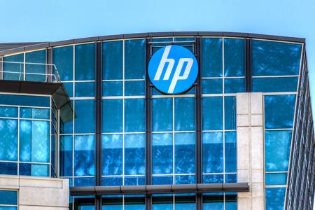 SANTA CLARA, CA  미국 - 2014년 5월 11일 : 실리콘 밸리의 휴렛 팩커드 시설. HP는 소비자, 기업, 정부에 하드웨어, 소프트웨어 및 서비스를 제공하는 미국의