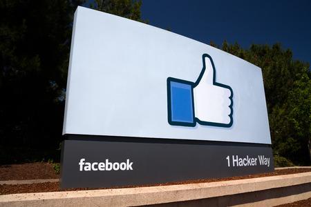 캘리포니아 주 멘로 파크  미국 - 2014년 5월 31일 : 실리콘 밸리의 페이스 북 본사 캠퍼스 기호입니다. 페이스 북은 사용자가 프로필을 만들고 사진과 동 에디토리얼
