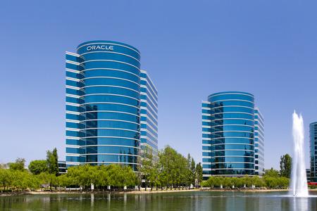 규소: 레드 우드 시티, CA  미국 - 2014년 5월 31일 : 실리콘 밸리의 오라클 본사. 오라클은 데이터베이스 관리 시스템을 전문으로하는 컴퓨터 기술 회사입니다.