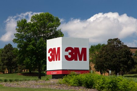MAPLEWOOD, MN/USA - JUNE 20, 2014: 3M corporate headquarters building. 3M is a worldwide manufacturer of industrial and consumer products and employes 88,000 people worldwide. Redactioneel