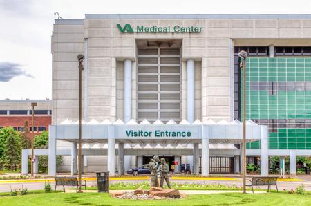 미네 아 폴리스, MN  미국 - 2014년 6월 22일 : 미니애폴리스 VA 의료 센터. 재향 군인 병원 재향 군인의 미국학과의 일부입니다.