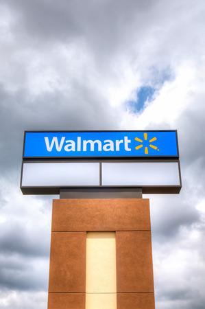 walmart: Roseville, MN  EE.UU. - 28 de junio 2014: Walmart Muestra del almac�n. Walmart es una empresa multinacional estadounidense que corre grandes tiendas de descuento y es la mayor empresa p�blica del mundo.