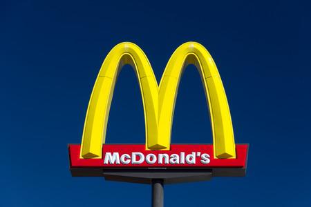 はで、カリフォルニア米国 - 2014 年 8 月 5 日: マクドナルドのレストランの看板。マクドナルド社は、世界最大ハンバーガー ファーストフード店の 報道画像
