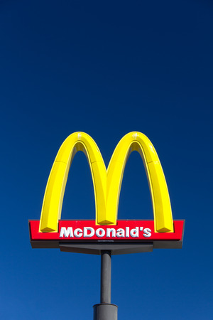VALENICA, CA  미국 - 2014년 8월 5일 : 맥도날드 restauraunt 기호. 맥도날드 공사는 햄버거 패스트 푸드의 세계 최대의 체인입니다.