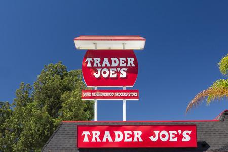 パサデナ、カリフォルニア米国 - 2014 年 8 月 16 日。トレーダー ・ ジョーズ ビンテージ内外サイン。トレーダー ・ ジョーズは、非公開のモンロビ 報道画像