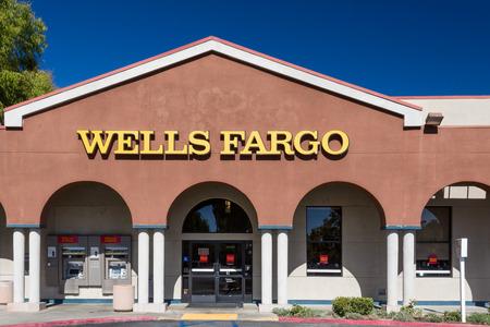バレンシア、カリフォルニア州アメリカ合衆国 - 2014 年 8 月 17 日。ウェルズファーゴ銀行の外観。ウェルズ ・ ファーゴ ・会社は、アメリカの多国