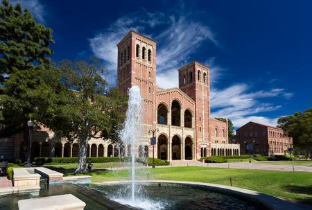 로스 앤젤레스, CA  미국 - 2014년 10월 4일 : UCLA의 캠퍼스 로이스 홀. 로이스 홀은 UCLA의 웨스트 우드 캠퍼스에 네 원래 건물 중 하나입니다.