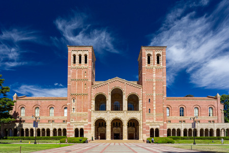 estudiantes universitarios: LOS ANGELES, CA  EE.UU. - 04 de octubre 2014: Royce Hall en el campus de UCLA. Royce Hall es uno de los cuatro edificios originales en Westwood campus de UCLA. Editorial
