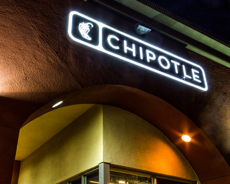 Westminster, CA  USA - 10 november 2014: Chipolte Mexican Grill Sign. Chipolte is een keten van casual dining restaurants die gespecialiseerd zijn in burrito's en taco's. Redactioneel