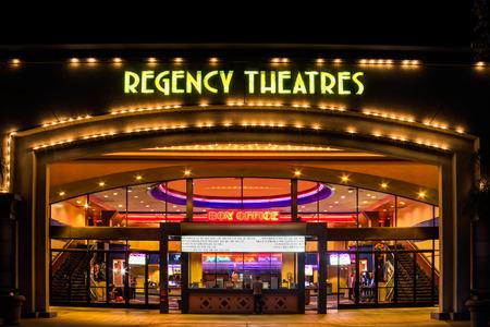 ウエストミン スター、カリフォルニア米国 - 2014 年 11 月 10 日: リージェンシー劇場の外観。豪奢な催し物のグループは劇場の映画チェーン ノック 報道画像