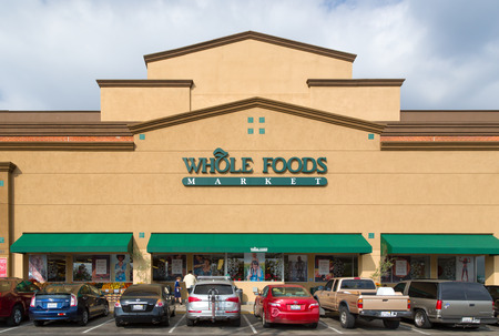 PASADENA, CA/USA - NOVEMBER 15, 2014:  Whole Food Market exterior.  Whole Foods is an American foods supermarket chain specializing in natural and organic foods. 新闻类图片