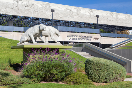 LOS ANGELES, CA/USA - NOVEMBER 29, 2014: George C. Page Museum at Le Brea Tar Pits. La Brea Tar Pits and Hancock Park are in urban Los Angeles in the Miracle Mile district. 新聞圖片
